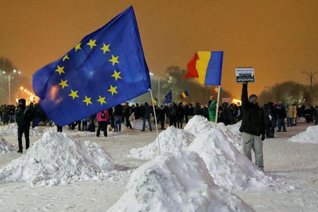Mielenosoitus Romanian hallitusrakennusten edustalla Bukarestissa 8. helmikuuta 2017.