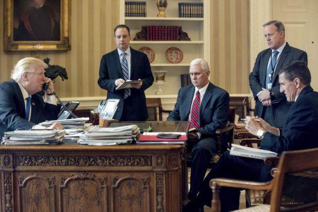 Kansliapäällikkö Reince Priebus (toinen vasemmalta), varapresidentti Mike Pence, lehdistöpäällikkö Sean Spicer ja turvallisuuspäällikkö Michael Flynn seurasivat Valkoisessa talossa, kun presidentti Donald Trump puhui puhelimessa Venäjän presidentin Vladimir Putinin kanssa 28. tammikuuta 2017.