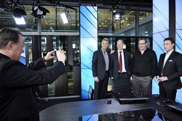 Nelonen ja HS aloittivat yhteiset uutislähetykset joulukuussa 2012. Sanoma Newsin Pekka Soini kuvaa uutisankkuri Marco Bjurströmiä (vas.), toimitusjohtaja Harri-Pekka Kaukosta, päätoimittaja Mikael Pentikäistä ja uutisankkuri Mikko Hirvosta.