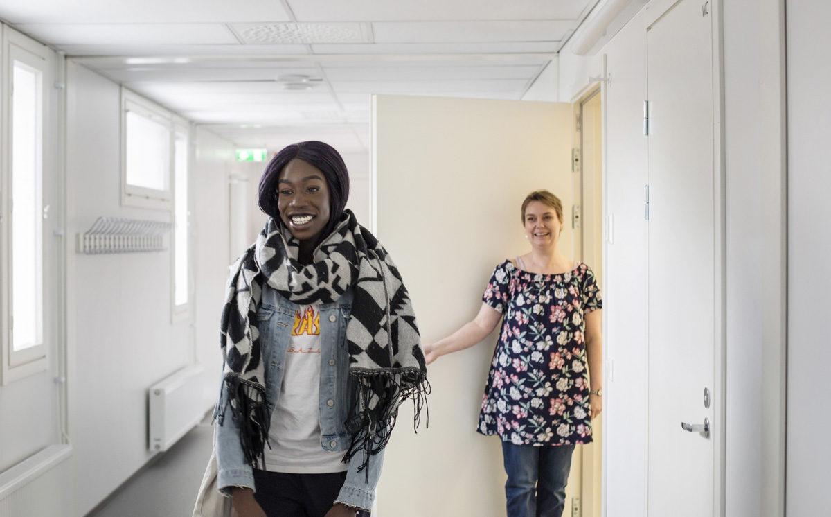 Akon Kulang on juuri suorittanut viimeisen suomi toisena kielenä -kurssinsa ja hyvästellyt opettajansa Kristiina Laitanevan Helsingin yhteislyseon lukiossa.