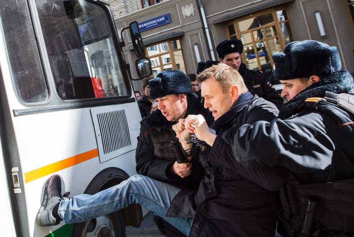 Poliisi pidätti opposition kärkihahmon Aleksei Navalnyin Moskovassa Venäjällä 26. maaliskuuta 2017.