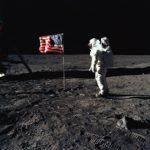"""Lippu """"liehui"""" ilmattomassa Kuussa metallilankojen ja jousien varassa."""