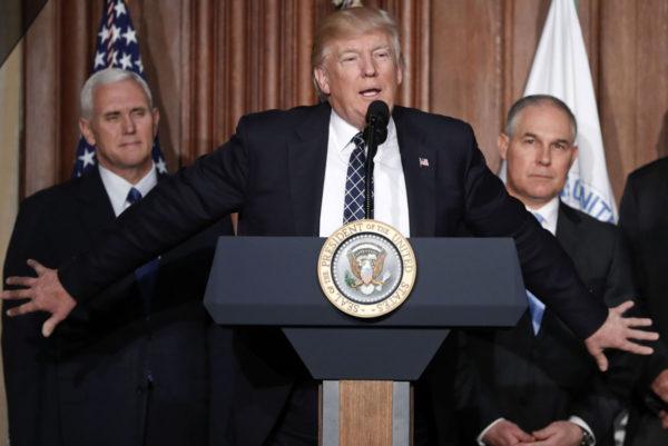 Presidentti Donald Trumo, varapresidentti Mike Pence (vas.) ja ympäristövirasto EPAn johtaja Scott Pruitt EPAn päämajassa Washingtonissa Yhdysvalloissa 28. maaliskuuta 2017.