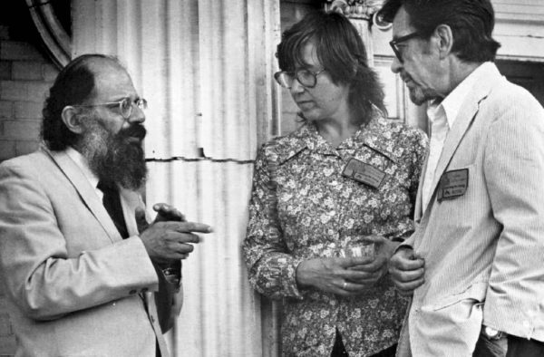 John Williams (oik.), Allen Ginsberg ja Joanne Greenberg elokuussa 1977.