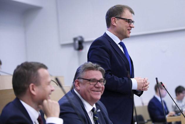 Hallituspuolueiden puheenjohtajat valtiovarainministeri Petteri Orpo (vas.), ulkoministeri Timo Soini ja pääministeri Juha Sipilä eduskunnan kyselytunnilla 9. helmikuuta 2017.