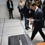 Hollanin pääministeri Mark Rutte äänesti parlamenttivaaleissa Haagissa 15. maaliskuuta 2017.
