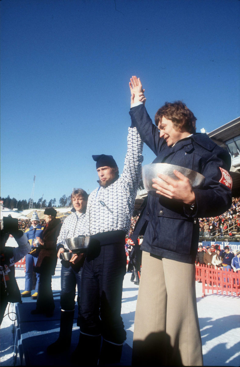 Voittaja Josef Luszczek (Puola) ja pronssimitalisti Juha Mieto tuulettavat yhdessä Lahdessa 1978. Miedon vasemmalla puolella neljänneksi sijoittunut Matti Pitkänen.
