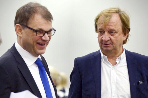 Pääministeri Juha Sipilä (kesk) ja kansanedustaja Harry Harkimo (kok) eduskunnassa 3. maaliskuuta 2017.