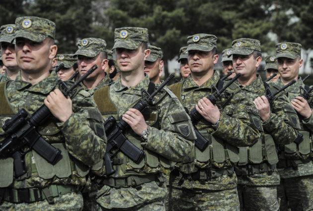 Kosovon turvallisuusjoukkojen sotilaita marssi Pristinassa 5. maaliskuuta 2017.