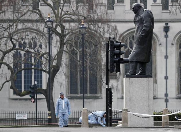 Poliisin rikospaikkatutkijoita parlamentin lähellä Lontoossa 23. maaliskuuta 2017.