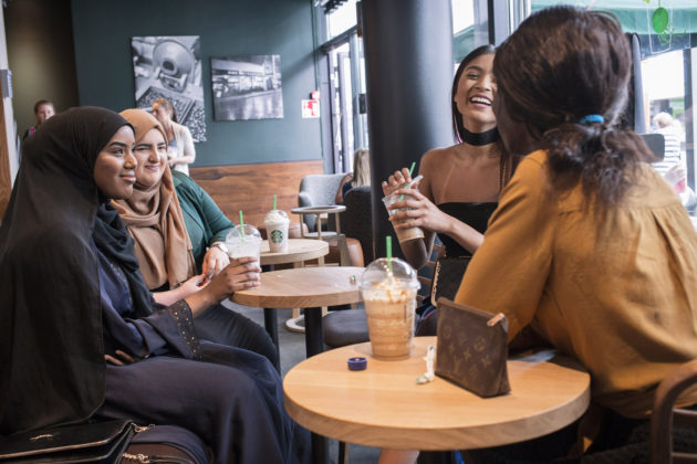 Helsingin yhteislyseon lukiolaiset Nafisa Denged, Elvin Akdogan, Nuki Jangkrajung ja Akon Kulang kahvilassa Itäkeskuksessa keväällä 2016.