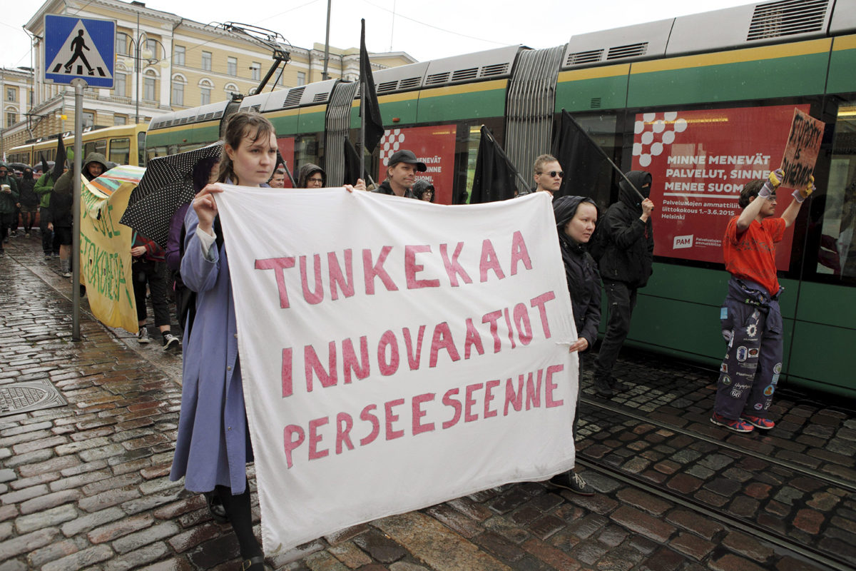 Keväällä 2015 opiskleijat vastustivat EU- ja ETA-maiden ulkopuolelta tulevien opiskelijoiden lukukausimaksuja mielenosoituksessa Helsingissä 29. toukokuuta.