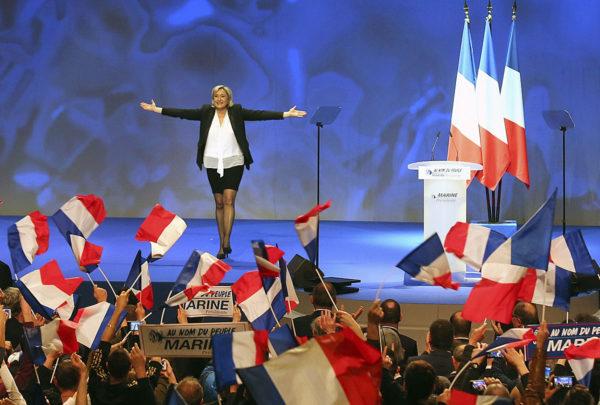 Kansallisen rintaman presidenttiehdokas Marine Le Pen kannattajiensa edessä Nantesissa Länsi-Ranskassa 26. helmikuuta 2017.