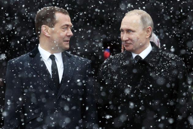 Venäjän presidentti Vladimir Putin (oik.) ja pääministeri Dmitri Medvedev Tuntemattoman sotilaan haudalla Moskovassa 23. helmikuuta 2017.