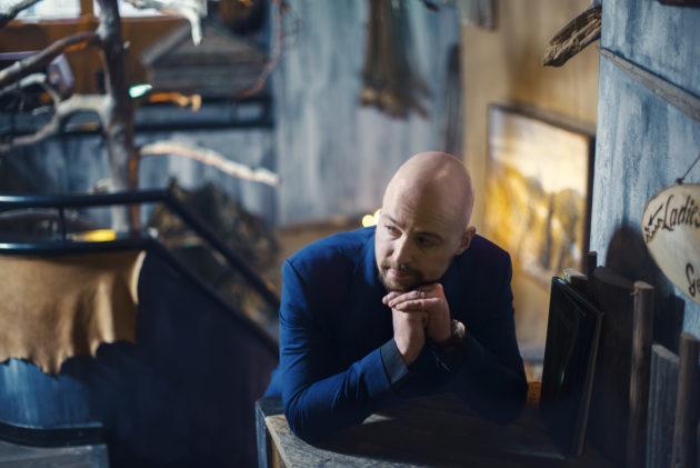 Lapin puolustaja, kansanedustaja Mikko Kärnä kuvattuna helsinkiläisessä lappiravintolassa.