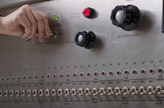 """Puolalaistutkijoiden """"sähköiskulaite"""" oli tarkka kopio Milgramin 1960-luvulla käyttämästä."""