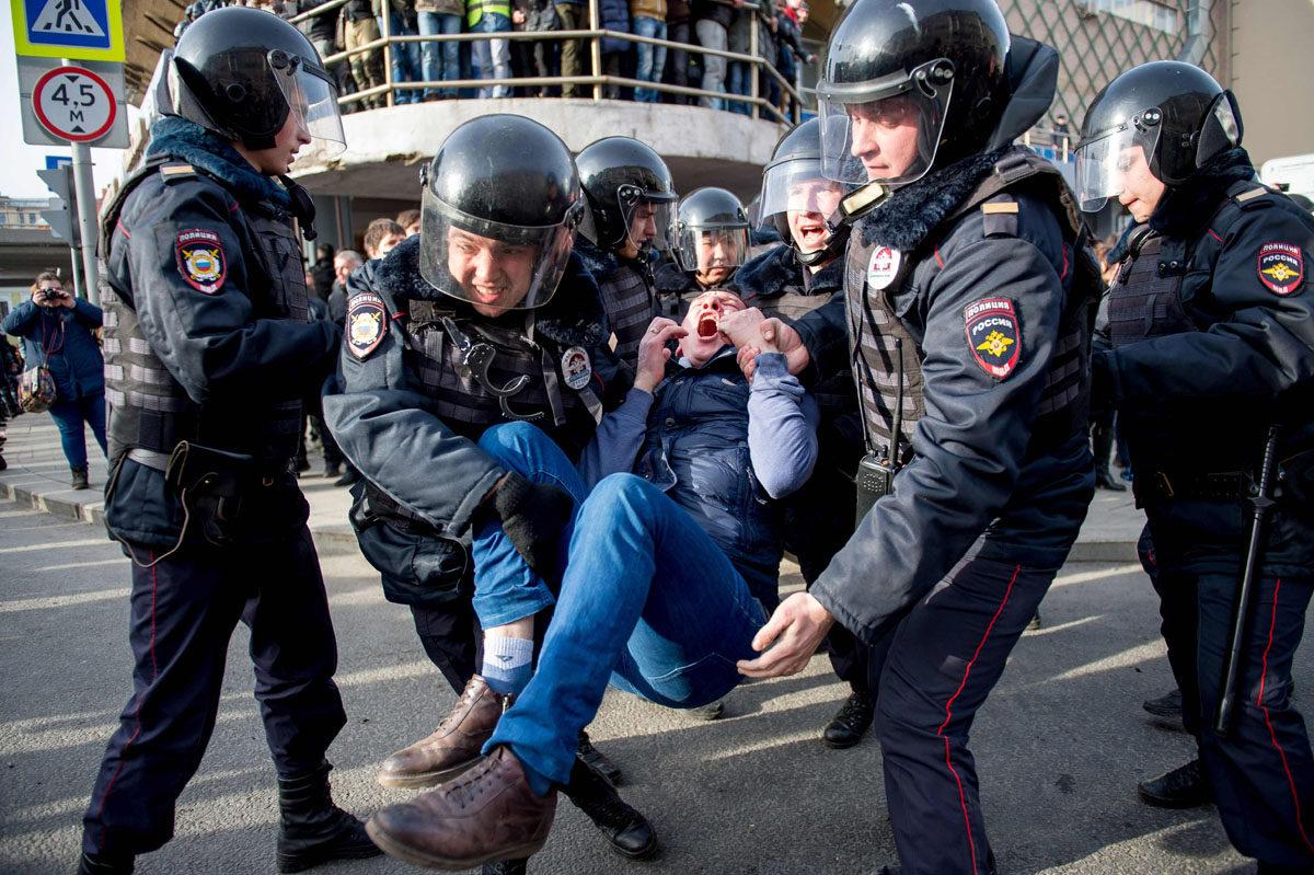 Mellakkapoliisit ottivat kiinni mielenosoittajan Moskovassa Venäjällä 26. maaliskuuta 2017.