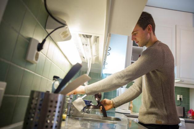 Kemianopiskelija Juha Välimaalla on yhteinen vuokrasopimus kämppäkaverinsa kanssa. Kun opiskelijat siirtyvät Kelan yleisen asumistuen piiriin, yhteisellä vuokrasopimuksella asuvia kämppäkavereita voidaan kohdella yhtenä ruokakuntana.
