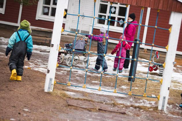 Lapsia Suotorpan päiväkodin pihalla Kustavissa 3. maaliskuuta 2017.