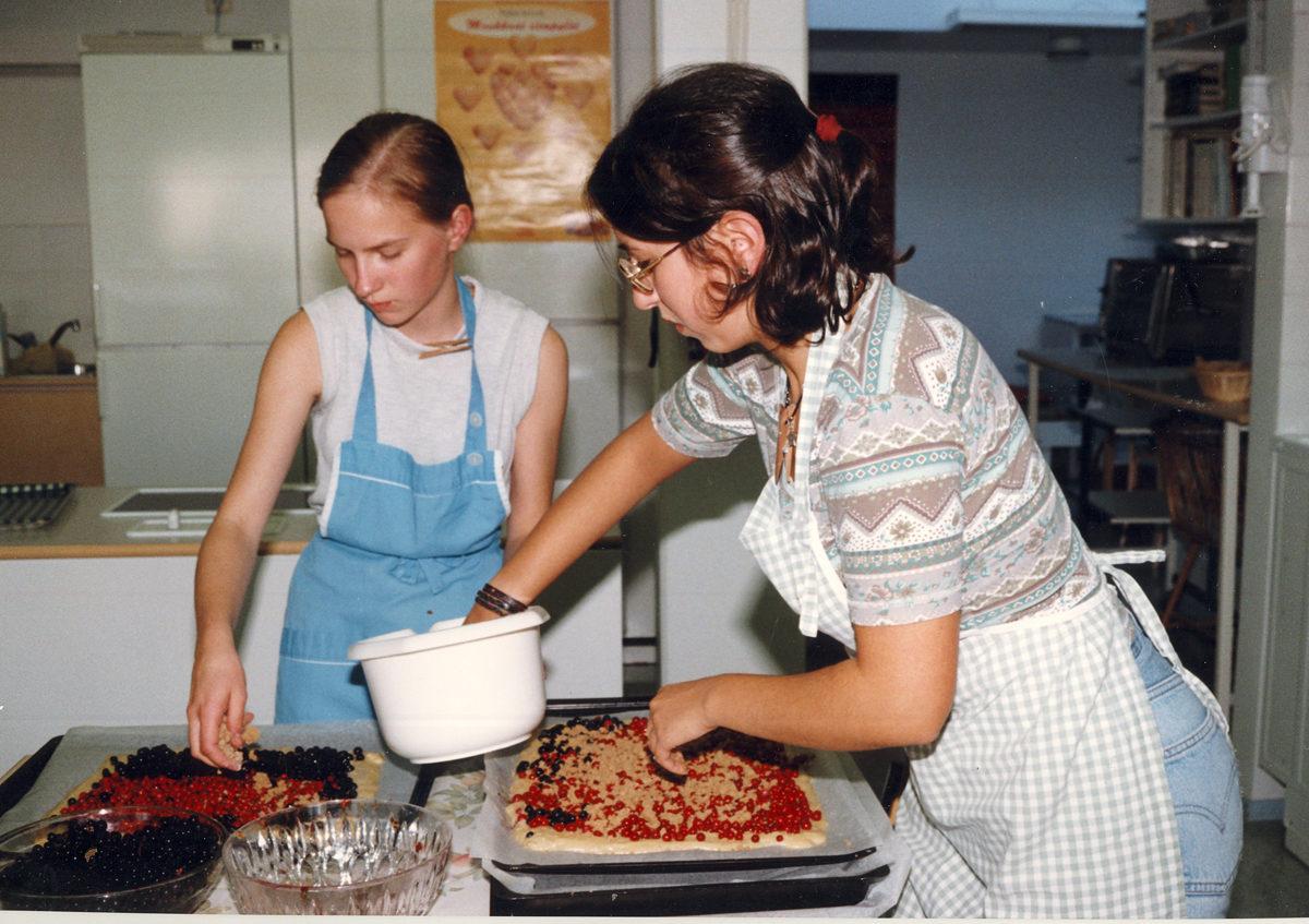 Luontoviikko Pielavedellä 1998. Belgialaiset nuoret sekä hankkivat että valmistivat ruokansa yhdessä suomalaisten kanssa.