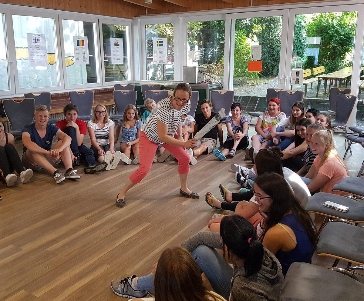 Aurich elokuussa 2016. Kuvassa suomalaisia, saksalaisia, walesilaisia ja romanialaisia nuoria sekä keskellä Saksan leader Franziska Kohner.
