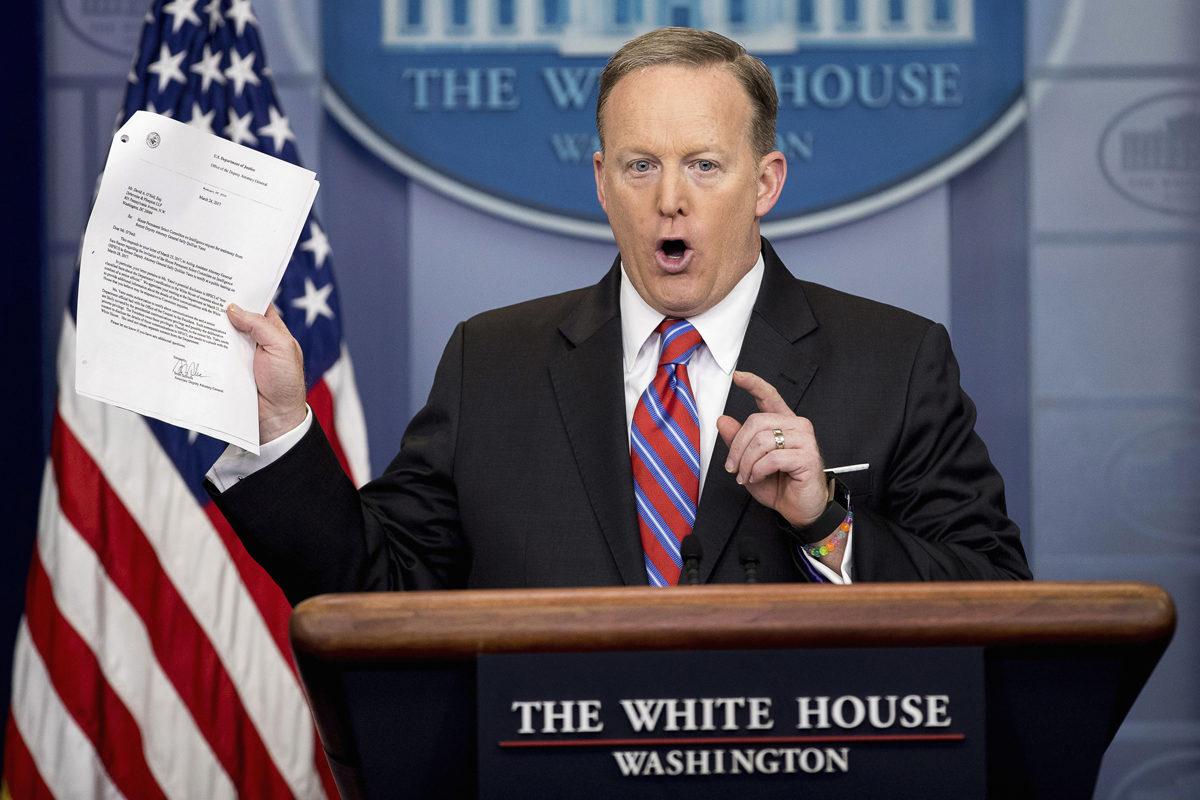 Valkoisen talon lehdistöpäällikkö Sean Spicer pitää päivittäistä lehdistötilaisuutta 28. maaliskuuta 2017.