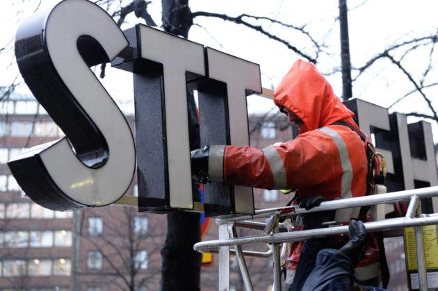 STT-Lehtikuva-kyltti otettiin pois Voimatalon seinästä Helsingin Kampissa 26. tammikuuta 2016. Kyltit vaihdettiin osana brändiuudistusta, joka muutti konsernin nimen STT:ksi.