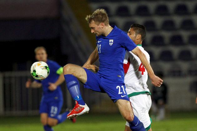 Suomen Tim Väyrynen (vas.) ja Marokon Da Costa Trindade Manuel Marouan kamppailevat pallosta maiden välisessä harjoitusottelussa Al-Ainissa 9. tammikuuta 2017.