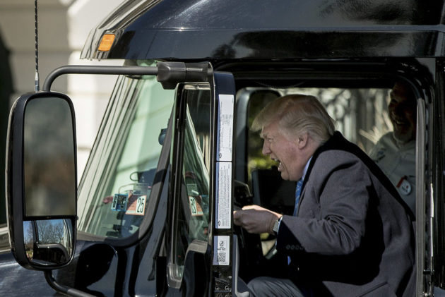 Yhdysvaltain presidentti Donald Trump esitti ajavansa rekkaa Washingtonissa 23. maaliskuuta 2017.