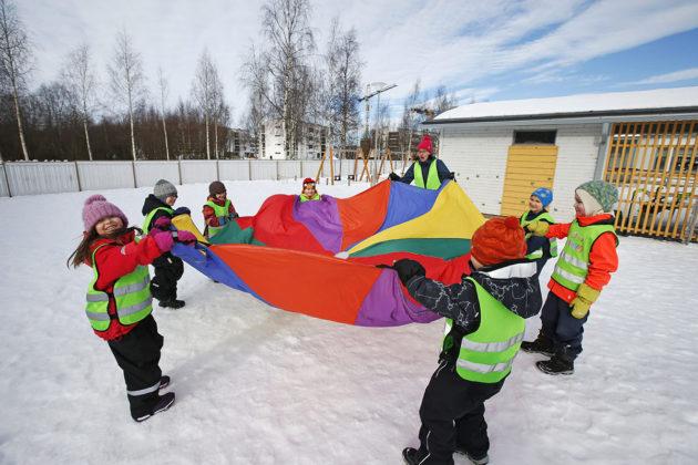 Esikouluryhmä ulkoleikeissä Touhula Linnanmaan päiväkodissa Oulussa 16. maaliskuuta 2016.