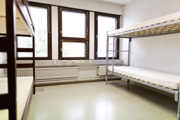 Vastaanottokeskuksen tyhjät sängyt odottivat turvapaikanhakijoita 17. syyskuuta 2016. Kuvituskuva.