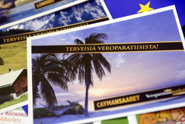 Postikortteja veroparatiiseista. Kuva Finnwatchin ja Kepan veropaneelista toukokuussa 2014.