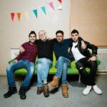 Ystävykset Abdullah, Teppo, Mohanad ja Diyaa Pansion vastaanottokeskuksen juhlasalissa Turussa.