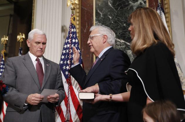 Yhdysvaltain varapresidentti Mike Pence nimitti David Friedmanin (keskellä) Yhdysvaltain Israelin-suurlähettilääksi 29. maaliskuuta 2017 Valkoisessa talossa.