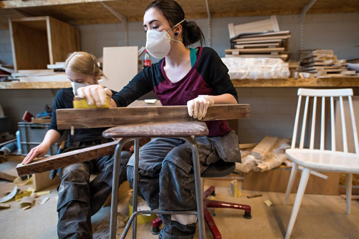 Pian valmistuvat puualan artesaaniopiskelijat Jonna Mustonen (vas.) ja Mira Varila työskentelevät osan viikosta ilman oman opettajan ohjausta.