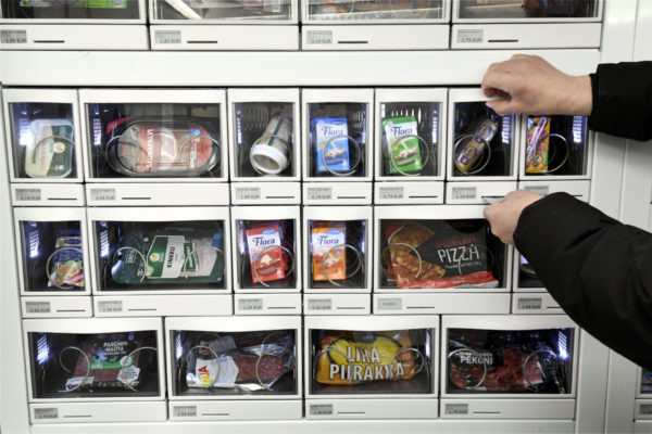 Myyjätön automaattinen ruokakauppa Niittykummussa Espoossa 22. maaliskuuta 2017. Ostokset saa automaatista maksamalla samalla pankkikortilla.