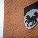 Kittilän kunnan vaakuna kunnantalon seinässä 7. helmikuuta 2017.