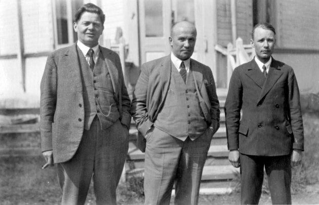 Vasemmalta Martti Pihkala, Lapuanliikkeen keulakuva Vihtori Kosola ja liikkeen tuntematon kannattaja.