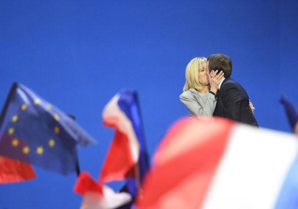 Ranskan presidentivaalien ensimmäisen kierroksen voittaja Emmanuel Macron suuteli vaimoaan Brigitte Trogneux'ta tulosten selvittyä 23. huhtikuuta 2017.