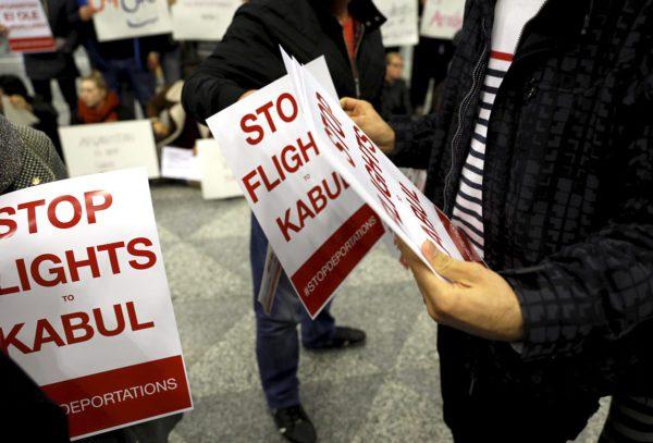 Mielenosoitus turvapaikanhakijoiden palautusta Kabuliin Afganistaniin vastaan Helsinki-Vantaan lentokentällä 3. huhtikuuta 2017.