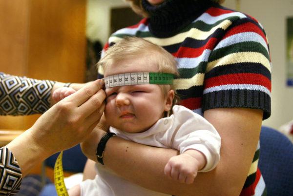 Vauvan pään ympärysmitta mitataan neuvolassa.