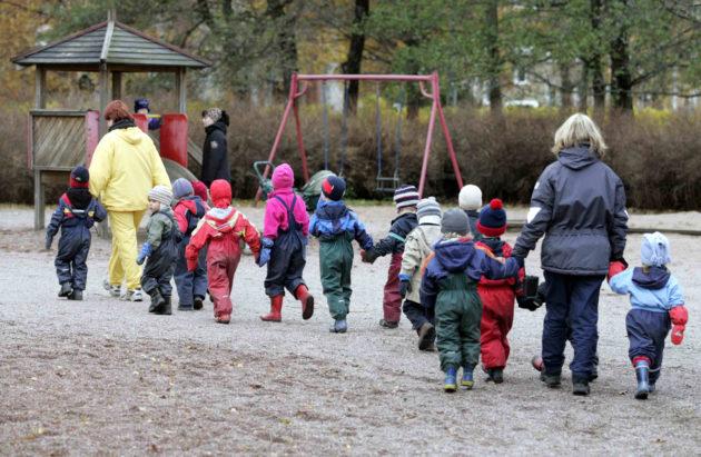 Päiväkotilapsia matkalla puistoon.