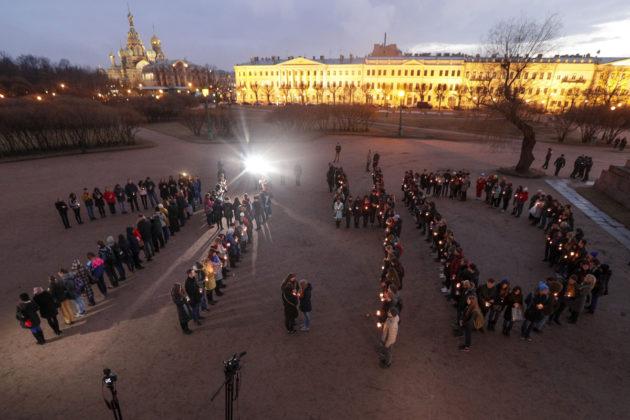 Ihmiset muodostivat kellonajan 14.40, maantantaisen pommi-iskun tapahtumahetken, Pietarissa Marsovan puistossa 5. huhtikuuta 2017.