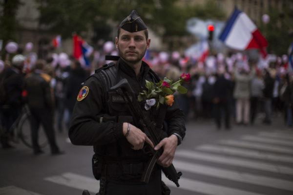 Ranskalaiset kukittivat poliiseja lauantaina 22. huhtikuuta 2017. Preisidentinvaalien aattona järjestetty mielenilmaus tuki kaikkia maan turvallisuudesta vastaavia.