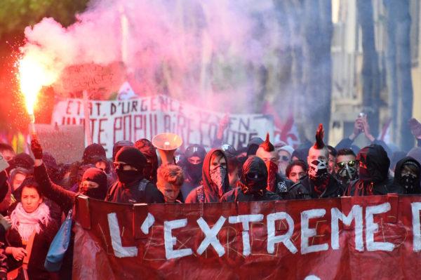 Mielenosoittajat vastustivat oikeistopuolue Front Nationalia ja sen presidenttiehdokasta Marine Le Peniä Marseillessa 19. huhtikuuta 2017.