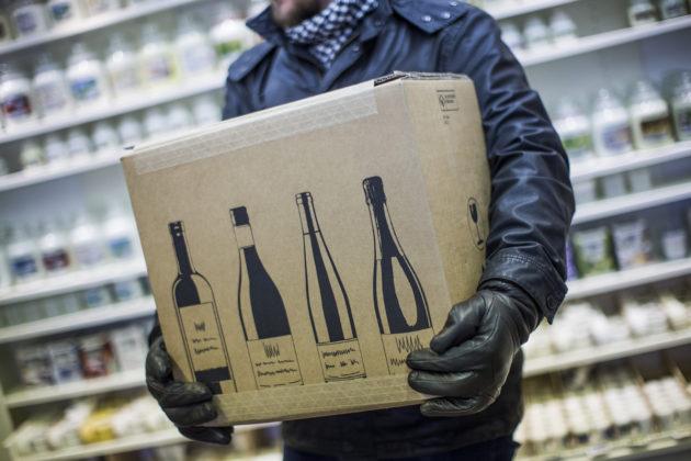 Saksasta tilattua viiniä kuljetusliikkeen noutopisteessä.