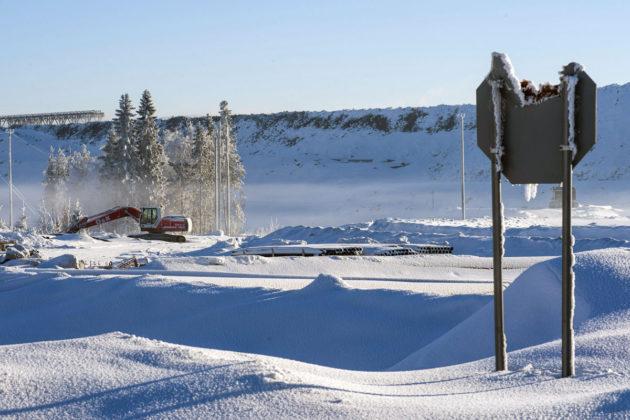 Rikkoutunut Stop-merkki Terrafamen Sotkamon kaivoksen kasa-alueella 10. helmikuuta 2017.