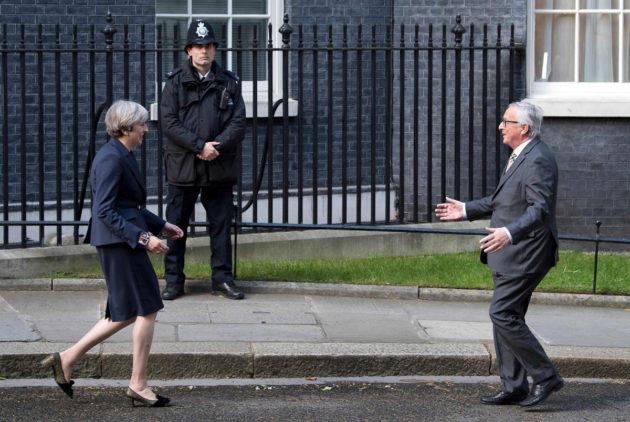 Britannian pääministeri Theresa May ja EU-komission puheenjohtaja Jean-Claude Juncker tapasivat Lontoossa 26. huhtikuuta 2017.