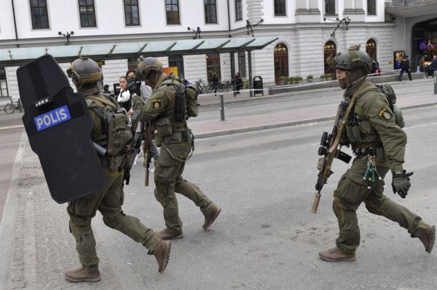 Poliisi partioi Tukholman kaduilla rekkaiskun jälkeen 7. huhtikuuta 2017.