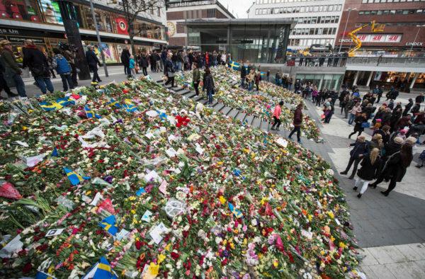 Tukholmalaiset muistivat perjantaisen terrori-iskun uhreja maanantaina 10. huhtikuuta.